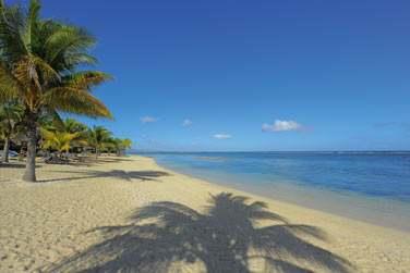 ... Sur la longue plage de sable blanc bordant l'hôtel