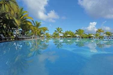 L'hôtel possède une très grande piscine...