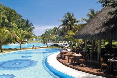 Le restaurant Frangipanier vous propose quelques tables au bord de la piscine ou à l'ombre de son kiosque