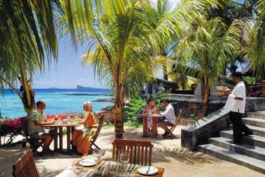Rendez-vous au restaurant Le Navigator pour un repas à la carte les pieds dans le sable face aux îles du nord