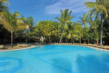 Le Canonnier possède plusieurs piscines, au coeur d'un jardin paysagé