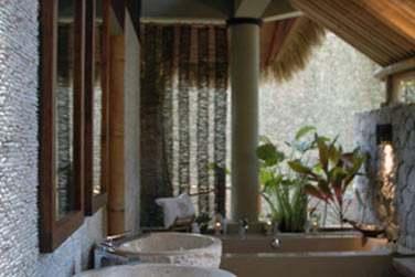 La salle de bain extérieure semi-couverte