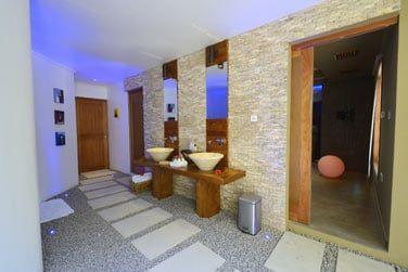La salle de bain, spacieuse