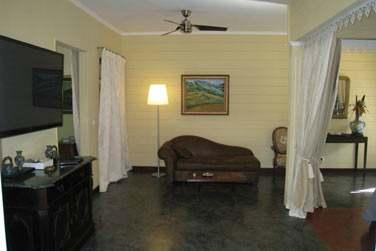Le coin salon d'une chambre coloniale offrant un grand espace de vie !