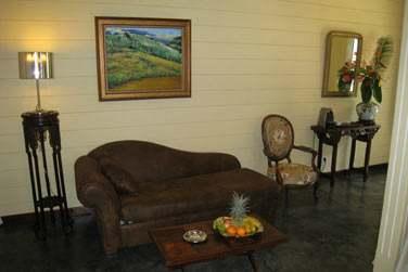 Le coin salon d'une chambre coloniale