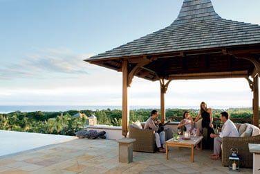 Passez de bons moments entre amis ou en famille sur la spacieuse terrasse avec piscine de votre villa