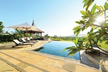 Profitez des grands espaces entourant votre villa : terrasse, piscine et vue imprenable sur la nature environnante