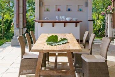 La terrasse est également aménagée pour profiter de repas en extérieur