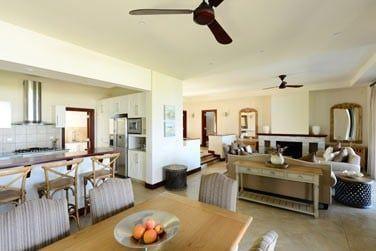 Une salle de séjour très spacieuse pour des dîners en tout convivialité