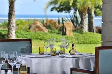 Vue sur les jardins et la mer depuis le restaurant Coast2Coast