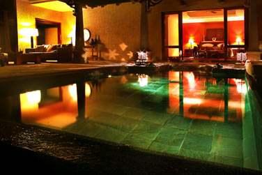 La piscine privée de la Luxury Suite Villa by night