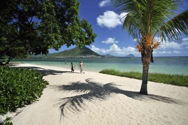 La plage de l'hôtel, la colline de Tamarin et le Morne en arrière-plan