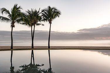 La piscine à débordement offrant une vue imprenable sur la plage et l'océan