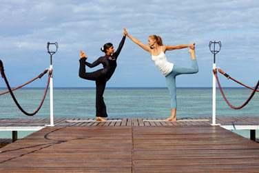 Entraînement de yoga sur la jetée