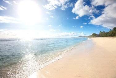 Vous n'aurez qu'à traverser le petit chemin qui vous mènera tout droit à cette longue et belle plage de sable blanc