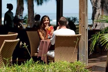Siroter un cocktail de fruits frais face à la mer... Voilà de vraies vacances !