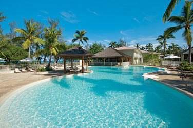 ... Au bord de la grande piscine de l'hôtel