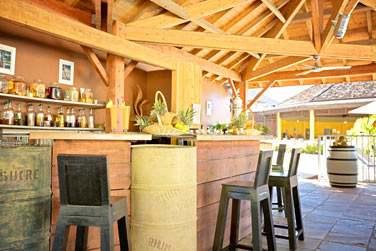 Le bar-restaurant Comptoir du Sud pour des boissons rafraîchissantes et cocktails de fruits frais tout au long de la journée