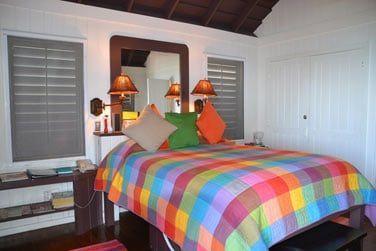 Intérieur du bungalow à la décoration tropicale