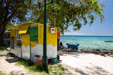 Arrêtez-vous devant les petites paillotes du bord de mer et partagez de bons moments avec les mauriciens