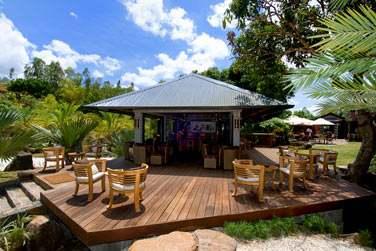 Relaxez-vous autour du bar, au bord de la piscine, mais toujours en pleine nature !