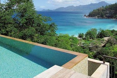Vue plongeante sur la mer ou les jardins depuis votre piscine privée