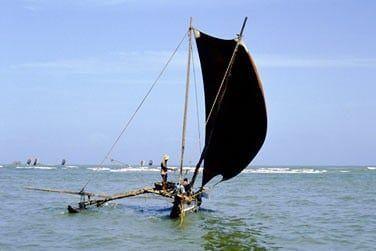 Au sud, vous apercevrez les bateaux traditionnels qui peuplent les côtes