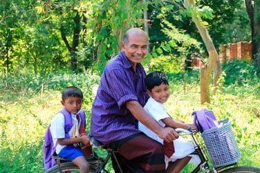Rien de tel qu'une petite balade en vélo en pleine campagne pour rencontrer les sri lankais toujours souriants !