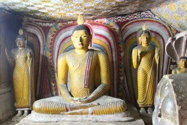 En descendant encore un peu plus au sud, vous visiterez les grottes de Dambulla