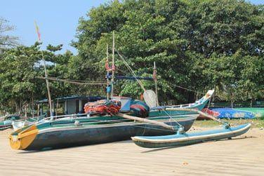 Les bateaux de pêche colorés attendent de repartir...