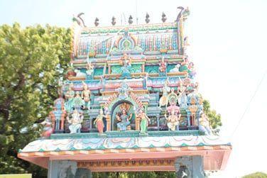Vous pourrez apercevoir de nombreux temples tamouls très colorés