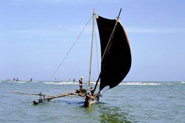 Un 'Oruvas', curieux bateau à balancier, surmonté d'une grande voile triangulaire.