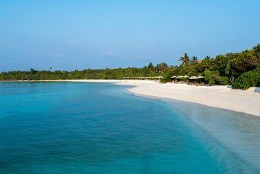 Niché entre forêt, lagon et plages de sable blanc...